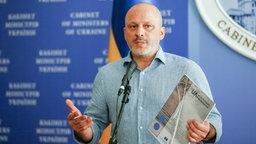 Der Chef des ukrainischen Staatsfernsehens, Surab Alassanija, spricht auf einer Pressekonferenz. © dpa Fotograf: Sergey Dolzhenko