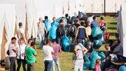 Flüchtlinge ziehen in eine Zelt-Unterkunft in Hamburg-Jenfeld © dpa - Bildfunk Fotograf: Daniel Bockwoldt)