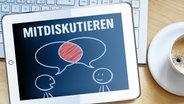 """Ein Tablet mit dem Wort """"Mitreden"""" und einer Zeichnung von zwei diskutierenden Männchen (Bildcollage) © fotolia.com Foto: MH, Matthias Enter"""