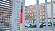 Eingang zum Bundesamt für Migration und Flüchtlinge (BAMF) in Nürnberg (Bayern). © dpa Foto: Daniel Karmann