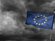 Eine europäische Flagge flattert vor dunklem Wolkenhimmel im Wind. © picture alliance Fotograf: Klaus Ohlenschläger