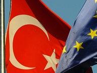Die Flaggen der EU und der Türkei. © dpa - Report Fotograf: Maxppp Tesson