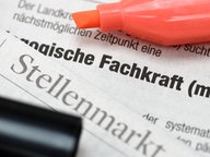 Stellenanzeige für eine Fachkraft © picture alliance/chromorange Foto: Christian Ohde
