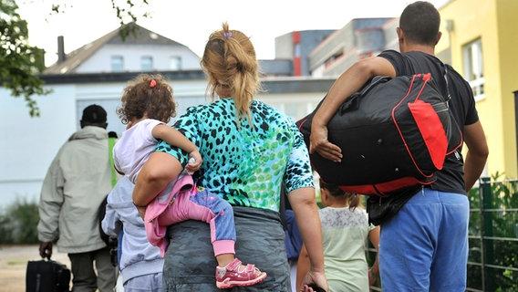 Flüchtlinge kommen am 21.07.2015 in Remscheid (Nordrhein-Westfalen) an. © picture alliance / dpa