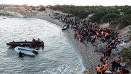 Flüchtlinge warten im türkischen Izmir auf die Überfahrt nach Chios (Griechenland). ©  picture alliance/AA Fotograf: Mahmut Serdar Alakus