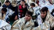 Afghanische Flüchtlinge aus Afghanistan in der Ägäis zwischen der Türkei und der griechischen Insel Lesbos; sie befinden sich nach ihrer Rettung auf dem Vorschiff des Seenotrettungskreuzers Minden.  | Bildquelle: dpa © dpa Fotograf: Kay Nietfeld