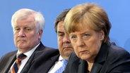 Der bayerische Ministerpräsident Horst Seehofer (CSU, l-r), Bundeswirtschaftsminister Sigmar Gabriel (SPD) und Bundeskanzlerin Angela Merkel (CDU) geben am 08.05.2015 © dpa Fotograf: Wolfgang Kumm