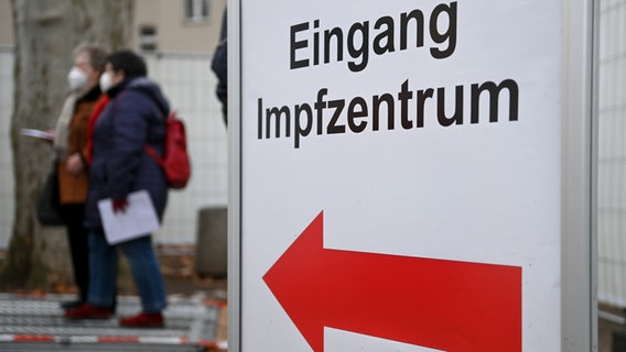 Patienten warten vor dem Eingang zum Impfzentrum Halle/Saale. (Bild: picture alliance/dpa/dpa-Zentralbild | Hendrik Schmidt) © picture alliance/dpa/dpa-Zentralbild | Hendrik Schmidt Foto: Hendrik Schmidt