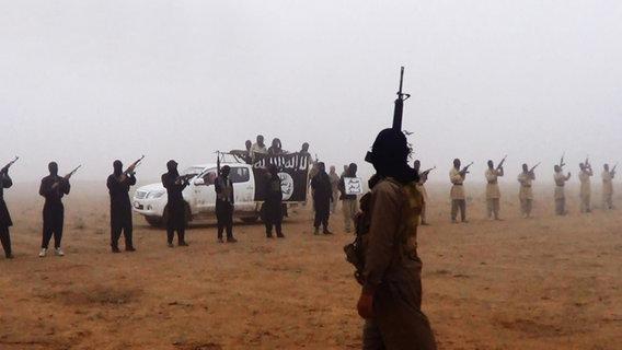 Vermummte Kämpfer des IS mit Sturmgewehren © picture alliance / abaca