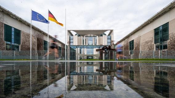 Das Bundeskanzleramt spiegelt sich in einer Pfütze. | Bild: picture alliance/dpa | Christophe Gateau © picture alliance/dpa | Christophe Gateau Foto: Christophe Gateau