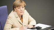 Bundeskanzlerin Angela Merkel (CDU) verfolgt am 01.10.2015 im Bundestag in Berlin die Debatte. © dpa Fotograf:  Michael Kappeler