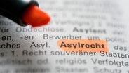 Das Wort Asylrecht steht in einem Fremdwörterlexikon geschrieben © picture alliance / Frank May Foto:  Frank May