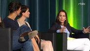 """Anne Will moderiert die Podiumsdiskussion zum Dokumentarfilm """"Die nervöse Republik"""". © RBB"""