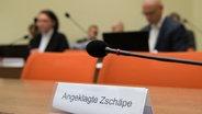 """Ein Schild mit der Aufschrift """"Angeklagte Zschäpe"""" steht am 10.11.2015 auf der Anklagebank im Gerichtssaal des Oberlandesgericht in München (Bayern). © dpa Fotograf:  Peter Kneffel"""
