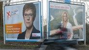 Mit zwei großen Plakaten werben am 14.03.2017 Annegret Kramp-Karrenbauer (CDU, l) und Anke Rehlinger (SPD) in Saarbrücken (Saarland) um Wählerstimmen. © dpa Fotograf: Oliver Dietze