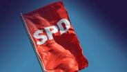 Fahne der SPD auf dem Berliner Willy-Brandt-Haus © dpa-report Foto: Gero Breloer