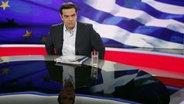 Der griechische Ministerpräsident Alexis Tsipras während eines Interviews mit dem griechischen Fernsehsender ERT am 29. Juni 2015 in Athen. © dpa Fotograf: Alexandros Vlachos