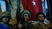 Soldaten sichern den Taksim Platz in Istanbul. © dpa Fotograf: Uygar Onder Simsek