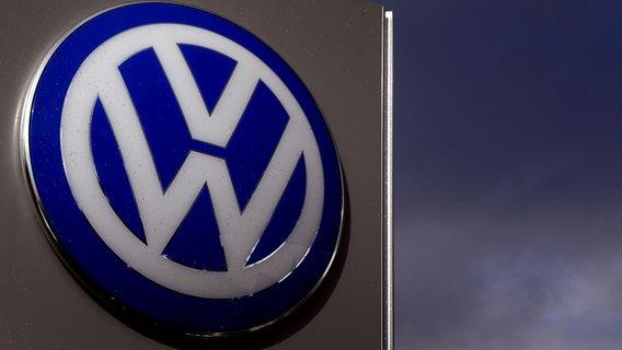 Logo des VW-Konzerns an einer Verkaufsvertretung in Ashford, Kent. ©  picture alliance / empics Foto: Gareth Fuller