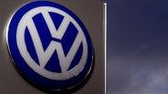 Logo des VW-Konzerns an einer Verkaufsvertretung in Ashford, Kent. ©  picture alliance / empics Fotograf: Gareth Fuller