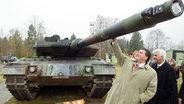 Niedersachsens Ministerpräsident Sigmar Gabriel und Rheinmetall-Detec Vorstandsmitglieds Gert Winkler sind am 7.11.2002 auf einem Schießstand der Firma Rheinmetall in Unterlüß © dpa Fotograf: Rainer Jensen