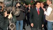 Der niedersächsische SPD-Fraktionsvorsitzende Sigmar Gabriel und der von seinem Amt zurückgetretene niedersächsische Ministerpräsident Gerhard Glogowski am 27.11.1999 © dpa Fotograf: Wolfgang Weihs