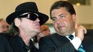 Udo Lindenberg und der SPD-Pop-Beauftragte Sigmar Gabriel treffen sich bei der Verleihung des Paul-Lincke-Rings in Goslar am 18.6.2003. © dpa Fotograf: Rainer Jansen
