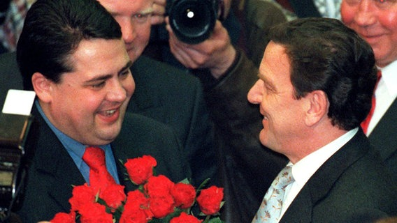 Sigmar Gabriel gratuliert 1998 Gerhard Schröder zur Wiederwahl als Niedersachsens Ministerpräsident. © dpa Foto: Holger Hollemann