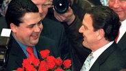 Sigmar Gabriel gratuliert 1998 Gerhard Schröder zur Wiederwahl als Niedersachsens Ministerpräsident. © dpa Fotograf: Holger Hollemann