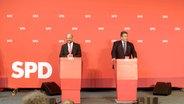 Nach dem kleinen Parteikonvent der SPD im September 2016 stehen Sigmar Gabriel und Martin Schulz vor der Presse. © NDR/beckground tv
