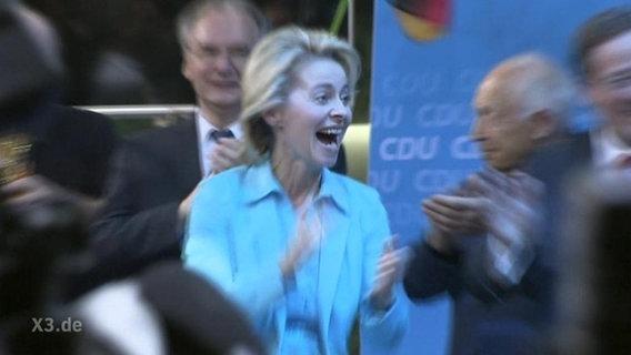 Ursula von der Leyen auf einer Parteiveranstaltung der CDU klatscht ekstatisch in die Hände.