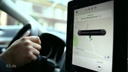 """Ein Tablet zeigt eine Karte vom alternativen Taxi-Dienst """"Uber""""."""