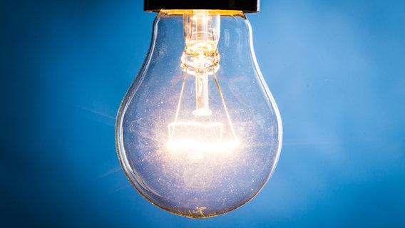 Eine klassische Glühbirne mit Glühfaden. © Fotolia Foto: fotofabrika