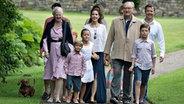 Die königliche dänische Familie bei einem Fototermin während ihres Sommerurlaubs auf Schloss Grasten. © dpa-Bildfunk Foto: Henning Bagger