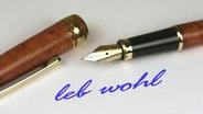 """Auf einem Zettel liegt ein offener Füller und darunter steht """"leb wohl"""". © picture alliance"""