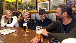 Ina Müller beim Tresentalk mit Caroline Peters, Xavier Naidoo und Henning Wehland (rechts) © NDR Foto: Morris Mac Matzen