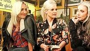 """Ina Müller mit Sarah Connor (links) und Eveline Hall im """"Schellfischposten"""". © NDR / Morris Mac Matzen Fotograf: Morris Mac Matzen"""