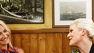 """Ina Müller spricht mit Sarah Connor im """"Schellfischposten"""". © NDR / Morris Mac Matzen Fotograf: Morris Mac Matzen"""
