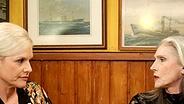 """Ina Müller spricht mit Eveline Hall im """"Schellfischposten"""". © NDR / Morris Mac Matzen Fotograf: Morris Mac Matzen"""