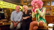 Olivia Jones sitzt bei Inas Nacht am Tresen des Schellfischpostens und beantwortet die Bierdeckelfragen. © NDR/Morris Mac Matzen