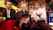 Götz Alsmann beantwortet bei Inas Nacht die Bierdeckelfragen des Publikums. © NDR