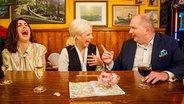 Judith Williams (links) und Jörg Thadeusz sprechen bei Inas Nacht mit Ina Müller. © Morris Mac Matzen