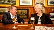 Roland Kaiser und Ina Müller sitzen bei Inas Nacht im Schellfischposten. © NDR/Morris Mac Matzen