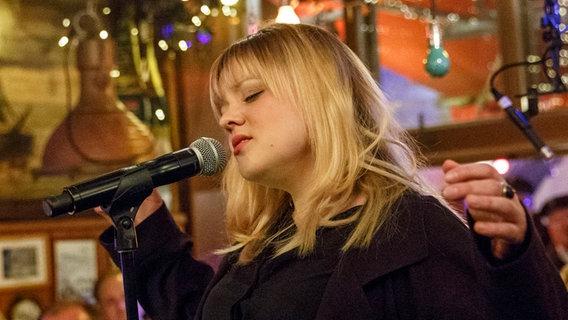 Lina Maly singt in ein Mikrofon. © NDR/Morris Mac Matzen