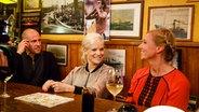 Mehmet Scholl, Andrea Kiewel (rechts) und Ina Müller unterhalten sich bei Inas Nacht. © ARD/Morris MacMatzen