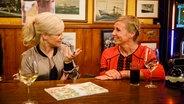 Andrea Kiewel und Ina Müller unterhalten sich bei Inas Nacht. © ARD/Morris MacMatzen