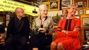 Mehmet Scholl und Andrea Kiewel stellen sich bei Inas Nacht den Bierdeckelfragen des Publikums. © NDR/Morris MacMatzen