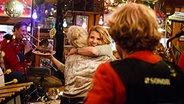 Annette Frier (rechts) und Ina Müller bei Inas Nacht. © ARD/Morris MacMatzen