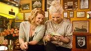 Annette Frier (links) im Bierdeckelverhör bei Inas Nacht. © ARD/Morris MacMatzen