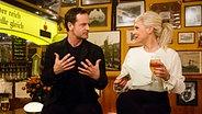 Jörg Hartmann sitzt mit Ina Müller am Tresen bei Inas Nacht. © ARD/Morris MacMatzen